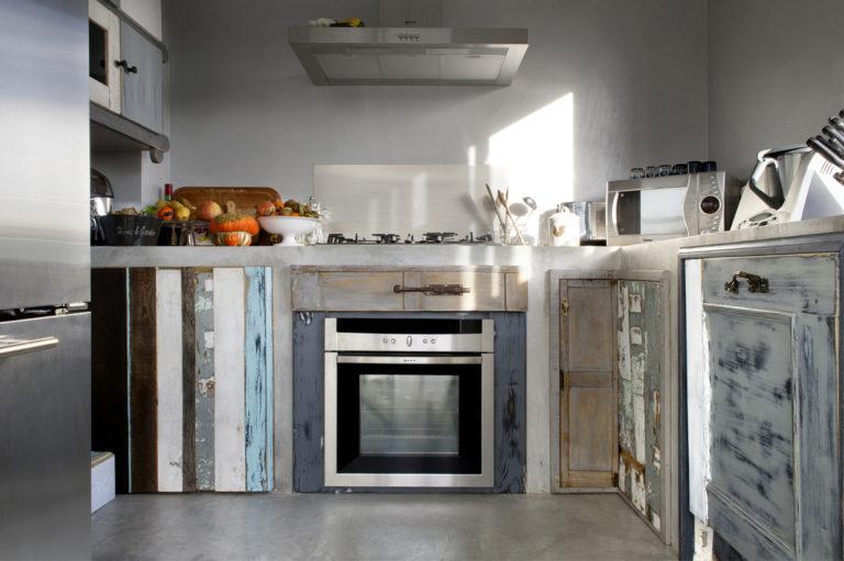 Cucina in legno recuperato e resina cementizia casanoi blog for Blog arredamento cucina