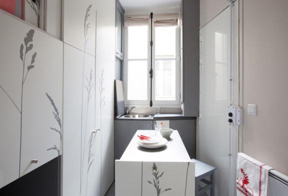 Bagno con doccia davanti alla finestra. vismara box doccia serie sk