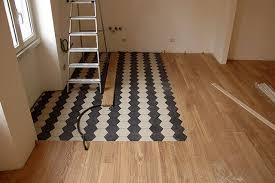 come accostare pavimenti diversi un esempio parquet abbinato a piastrelle