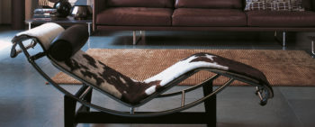 la chaise longue LC4 di le Corbusier nella versione in cavallino pezzato