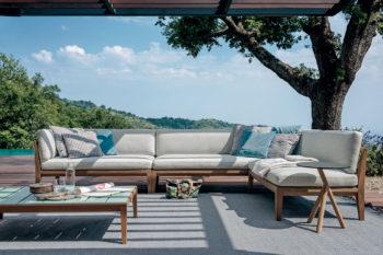arredi esterni di design di Roda: divano bianco con struttura in legno