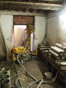 infissione di micropali per fondazioni all'interno di un edificio MG Edilcostruzioni