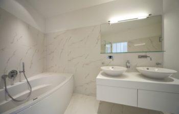 Bagno senza finestre come renderlo luminoso - Finestra interna per bagno cieco ...