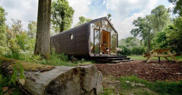 Wikkelhouse, casa prefabbricata in cartone installata in mezzo a un bosco