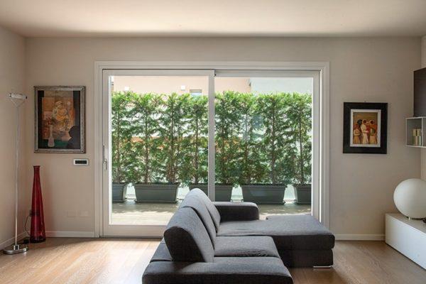 finestre ampie in casa una grande finestra scorrevole in salotto