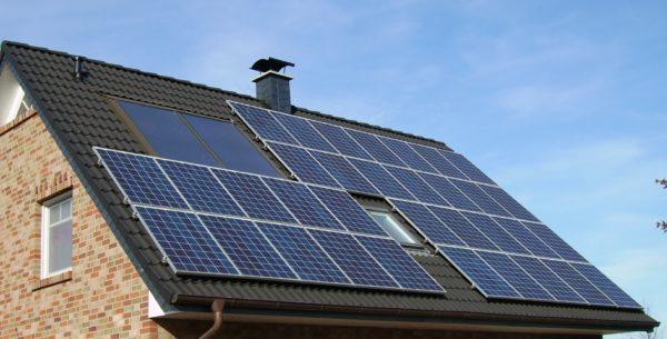 installare pannelli solari sul tetto di una casa risparmio energetico