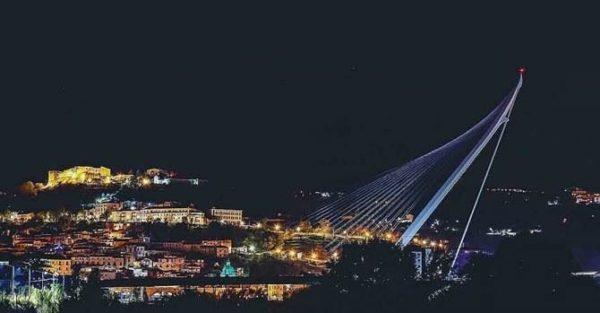 Vista notturna del ponte di Calatrava a Cosenza