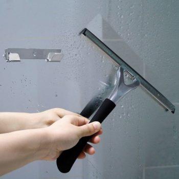 pulizia dei vetri del box doccia con tergivetro per doccia Novellini