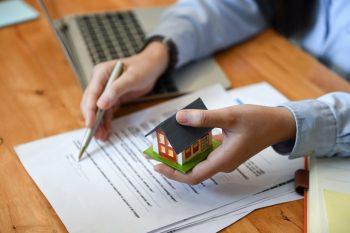 come negoziare l'acquisto di casa: 3 errori da non commettere - FOTO cercare casa al computer, attraverso portali immobiliari