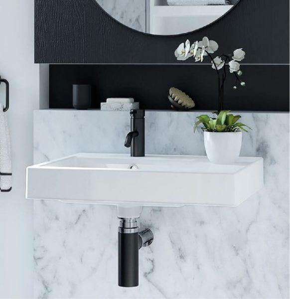 ispirazioni per rinnovare il bagno: miscelatore monocomando di colore nero abbinato al marmo rende l'ambiente bagno originale ed elegante