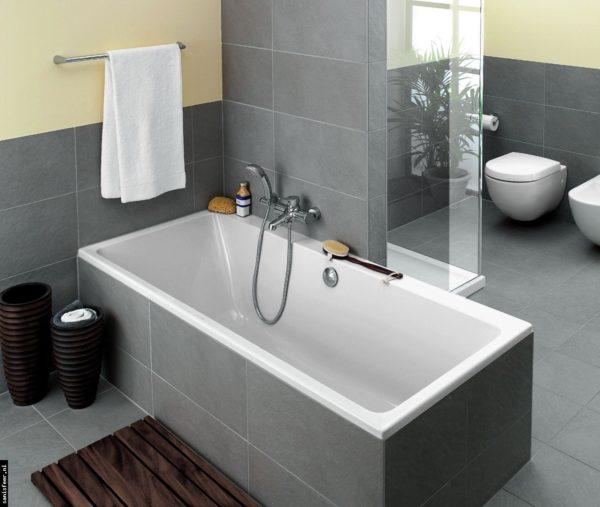 Ispirazioni per rinnovare il bagno: bagno con vasca, con piastrelle grigie e colore giallo paglierino sulle pareti