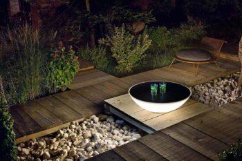 luci di design per giardino o terrazzo: nella foto, Lampada - tavolino Solar